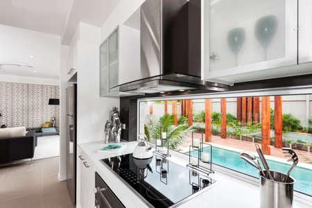 Photo pour Interior shot of a bright modern kitchen - image libre de droit