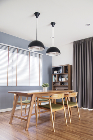 Photo pour Dinning table set in cozy dining room with blinds window, decorate in loft style. - image libre de droit