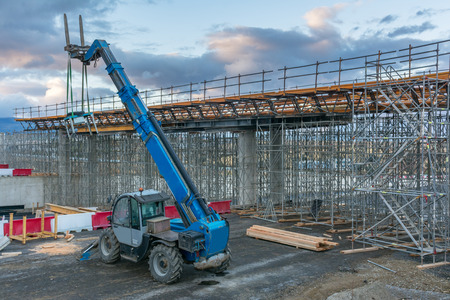 Photo pour Forklifts in the construction of a flyover - image libre de droit