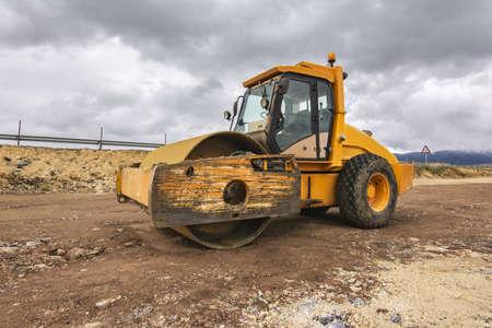 Foto de Yellow steamroller performing ground leveling work - Imagen libre de derechos