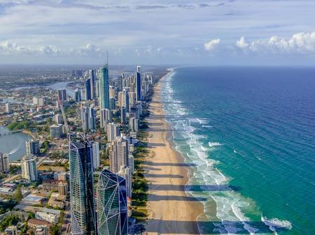 Foto de City skyline on the Gold Coast beach - Imagen libre de derechos