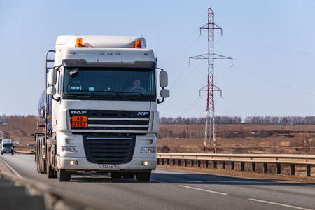 Photo pour Tatarstan, Russia, Interstate Highway M7 - Apr 14th 2021. Auto Fuel Truck move along the federal highway to their destination. - image libre de droit
