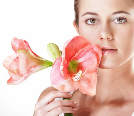 Photo pour Beauty and fashion concept: young beautiful woman with big pink flowers - image libre de droit