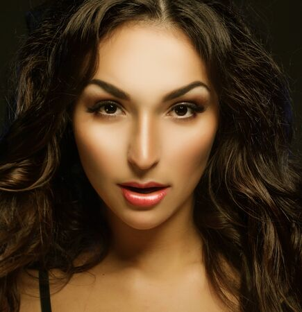 Photo pour young brunette woman with long black curly hair - image libre de droit