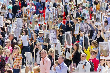 Photo pour Samara, Russia - May 9, 2016: Procession of the people in Immortal Regiment on annual Victory Day - image libre de droit