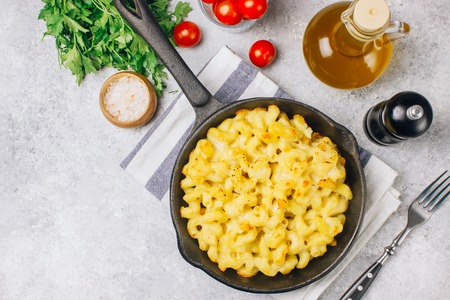 Photo pour Mac and cheese, american style macaroni baked pasta with cheesy sauce in pan - image libre de droit