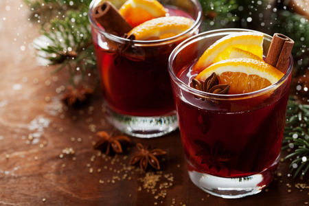Photo pour Christmas mulled wine or gluhwein with spices and orange slices on rustic table, traditional drink on winter holiday, magic light, selective focus - image libre de droit