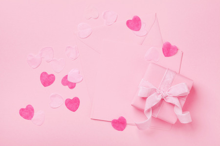 Photo pour Fashion pastel mockup. Gift or present box and envelope on pink table top view. Greeting card for Valentines, Woman or Mothers Day. Flat lay. - image libre de droit