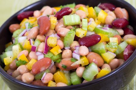Photo pour mixed beans and vegetables fresh salad bowl - image libre de droit