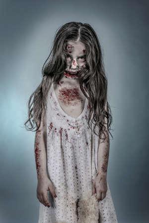es una chica zombie vestido con un camisón