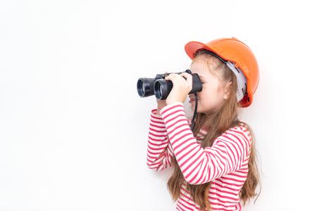 Photo pour Little girl explorer is looking through binoculars - image libre de droit