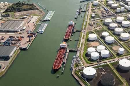 Photo pour Aerial view of oil tankers moored at a oil storage terminal. - image libre de droit