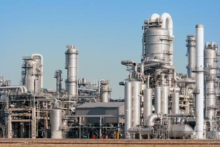 Photo pour Industrial pipelines of an oil refinery power station. - image libre de droit
