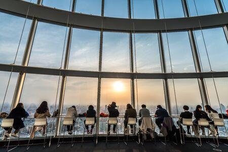 Photo pour People silhouette inside Observation Deck. Tokyo, Japan. - image libre de droit