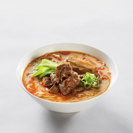 Foto de Japanese pork bone soup ramen in a white bowl - Imagen libre de derechos