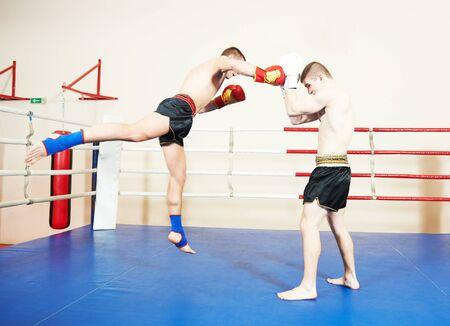 Photo pour Muay thai sportsman fighting at boxing ring - image libre de droit