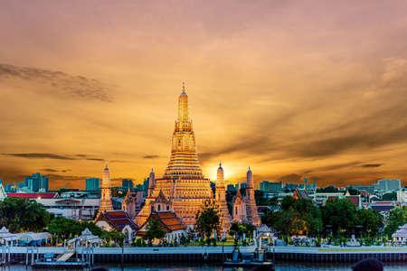 Foto für Wat Arun Temple at sunset in bangkok Thailand. Wat Arun is a Buddhist temple in Bangkok Yai district of Bangkok, Thailand, Wat Arun is among the best known of Thailand's landmarks Photos of beautiful orange sky lights. - Lizenzfreies Bild