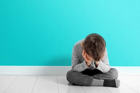 Photo pour child whose depression is sitting on the floor - image libre de droit