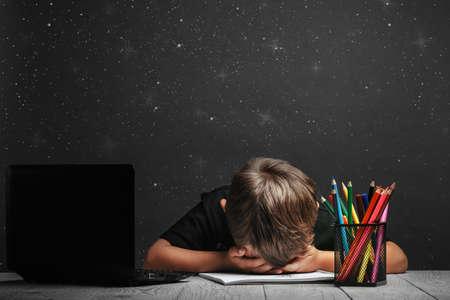 Foto de the child studies remotely at school. depression because you have to go back to school - Imagen libre de derechos