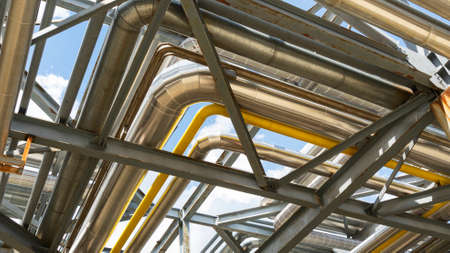 Photo pour Petrochemical refinery plant. Industrial towers at oil refinery. Oil refinery twilight on classic blue sky background. - image libre de droit