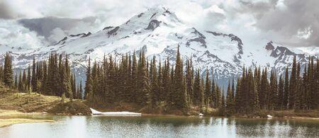 Photo pour Image lake and Glacier Peak in Washington, USA - image libre de droit