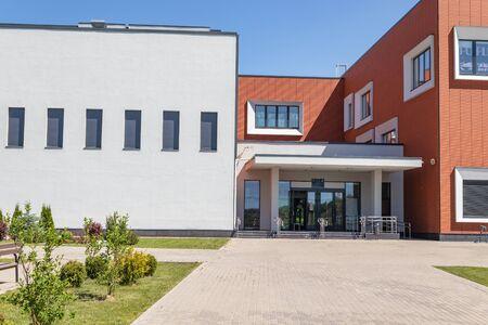 Foto de A new school in the heart of the village of Otradnoye, Krasnogorskiy district, Moscow region Russia - Imagen libre de derechos
