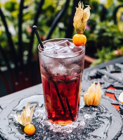 Photo pour red iced cocktail on the table _ - image libre de droit