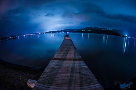 Photo pour Pier of Lake Yamanaka of night - image libre de droit