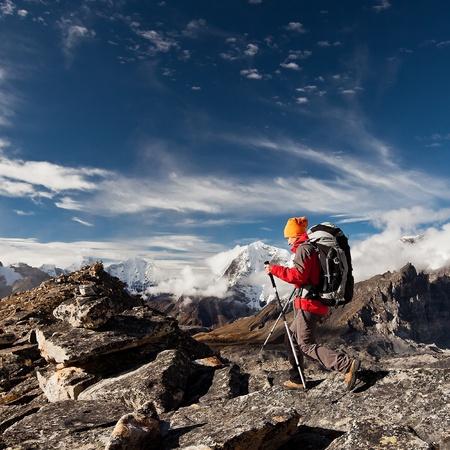 Photo pour Hiking in Himalaya mountains - image libre de droit