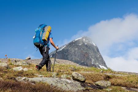 Foto de Young woman is hiking in highlands of Altai mountains, Russia - Imagen libre de derechos