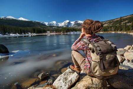 Photo pour Hiker in Rocky mountains National park in USA - image libre de droit