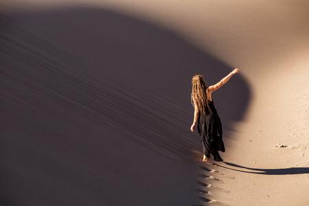 Photo pour Beautiful woman in desert - image libre de droit