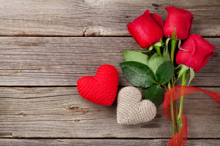 Photo pour Red roses and Valentine's day hearts on wooden background. Top view with copy space - image libre de droit