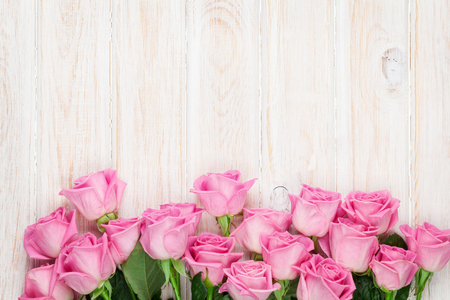 Photo pour Pink roses over wooden table. Top view with copy space for your text - image libre de droit