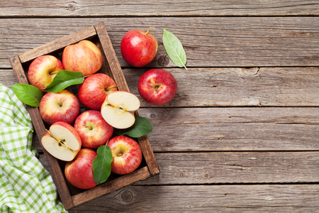 Photo pour Ripe red apples on wooden table. Top view with space for your text - image libre de droit