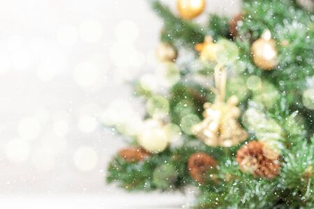 Photo pour Christmas greeting card backdrop with defocused decorated fir tree and copy space for your xmas greetings - image libre de droit