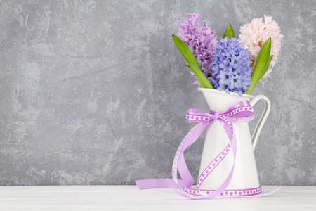 Photo pour Hyacinth flowers bouquet on wooden table. Easter greeting card template. With space for your greetings - image libre de droit