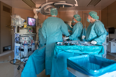Photo pour young doctors perform endoscopic gall bladder removal - image libre de droit