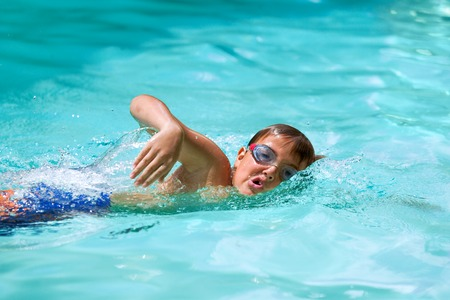 Photo pour Close up of young boy at swimming practice outdoors. - image libre de droit
