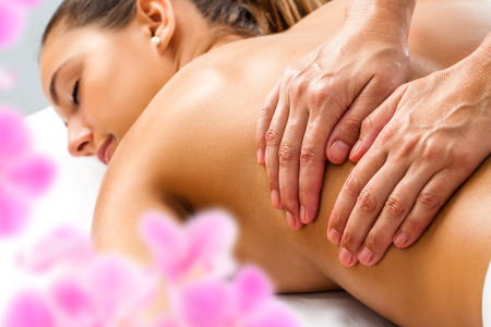 Photo pour Close up of Hands doing Relaxing back massage on woman in spa. - image libre de droit
