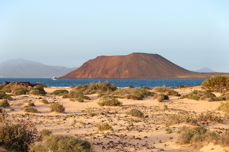 Photo pour Dunes of Corralejo and Lobos island, Fuerteventura, Canary islands, Spain - image libre de droit