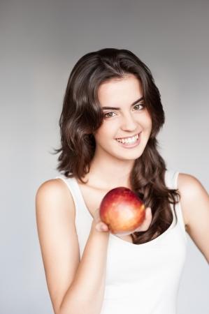 Photo pour young casual caucasian girl with red apple - image libre de droit