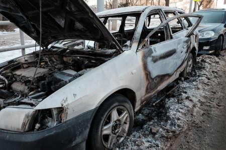 Photo pour car burnt on the side of the road. - image libre de droit