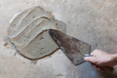 Photo pour hand using trowel  with wet concrete floor - image libre de droit