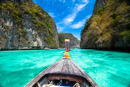 Photo pour Traditional wooden  boat in a picture perfect tropical bay on Koh Phi Phi Island, Thailand, Asia. - image libre de droit