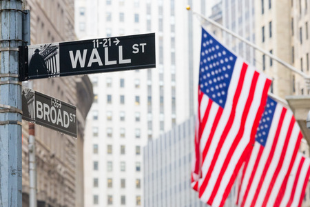 Photo pour Wall street sign in New York with American flags and New York Stock Exchange background. - image libre de droit