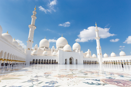 Photo pour Sheikh Zayed Grand Mosque in Abu Dhabi, United Arab Emirates. - image libre de droit