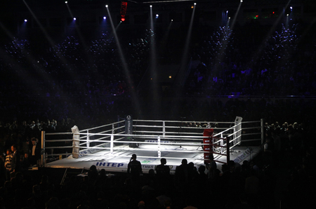 Photo pour KYIV, UKRAINE - DECEMBER 13, 2014: Boxing ring in Palace of Sports in Kyiv during Evening of Boxing - image libre de droit