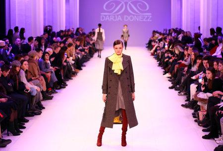 Foto per KYIV, UKRAINE - FEBRUARY 7, 2018: Models walk runway at Darja DONEZZ Fall/Winter 2018/19 presentation during 42nd Ukrainian Fashion Week FW18-19 at Mystetskyi Arsenal in Kyiv, Ukraine - Immagine Royalty Free
