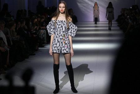 Foto per KYIV, UKRAINE - FEBRUARY 5, 2017: Model walks runway at SEREBROVA Autumn/Winter 2017/18 presentation during 40th Ukrainian Fashion Week at Mystetskyi Arsenal in Kyiv, Ukraine - Immagine Royalty Free